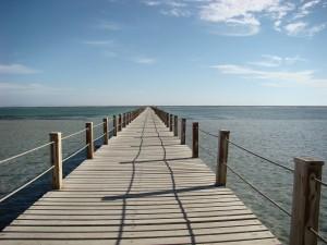 мостик деревянный у озера