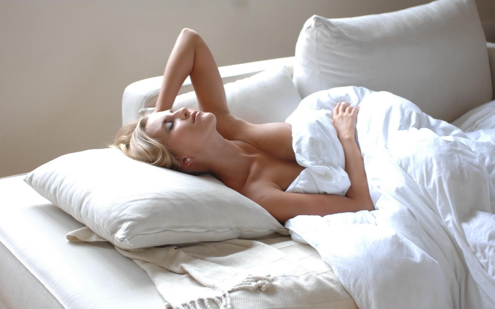 Хорошее фото девушек на кровате 12 фотография