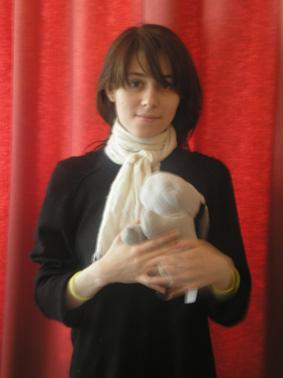 девушка с зайчиком в руках игрушечным милая, Должна ли женщина подчиняться мужчине?