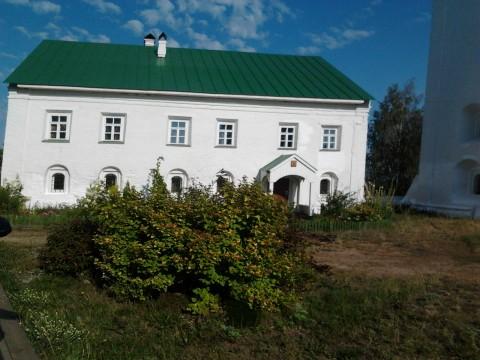 дом каменный белый с зеленой крышей фото