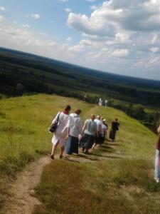люди идут вниз по горе по тропинке фото городец