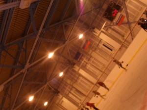 ледовый каток зимой дети на коньках катаются фото